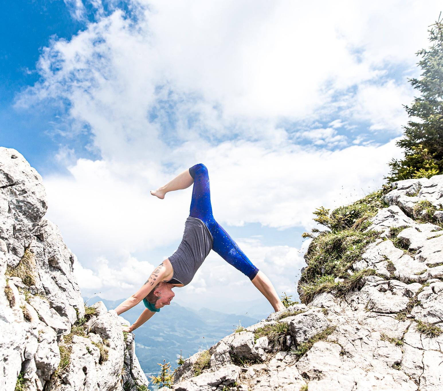 hatha-yoga-dreibeiniger-herabschauender-hund-miri-zinck-auf-berg