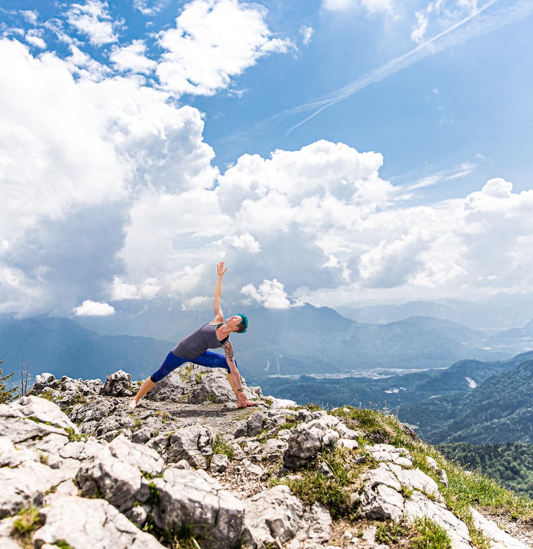 hatha-yoga-dreieck-miri-zinck-auf-berg