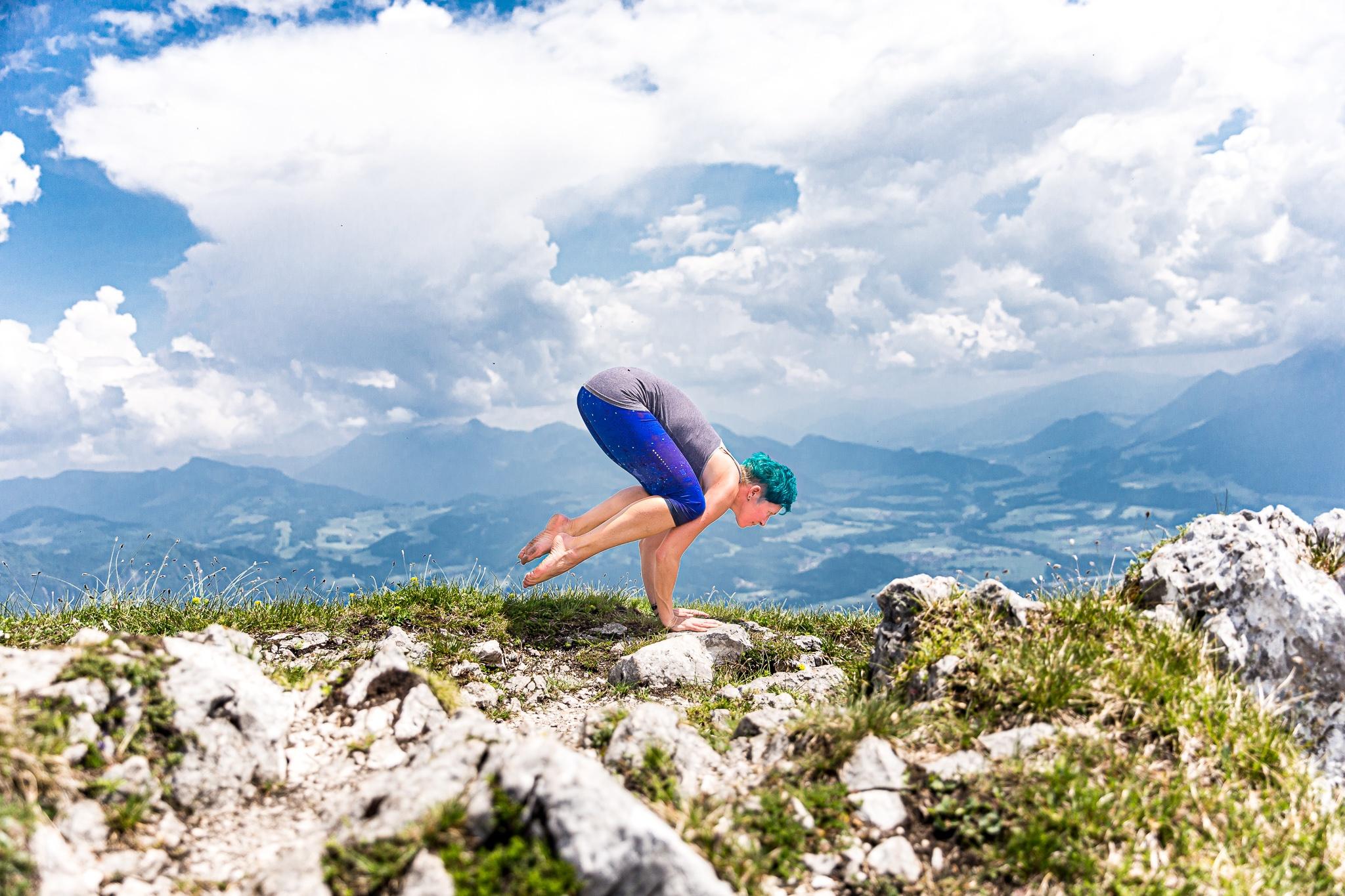 hatha-yoga-krähe-miri-zinck-auf-berg