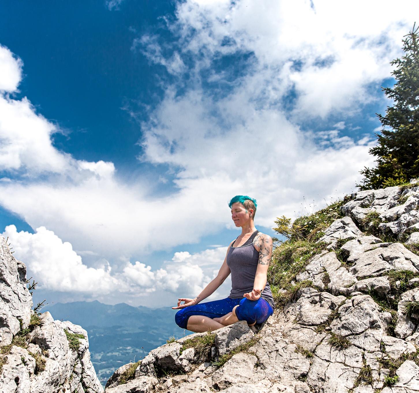 hatha-yoga-lotussitz-miri-zinck-auf-berg-mit-wolkenhimmel