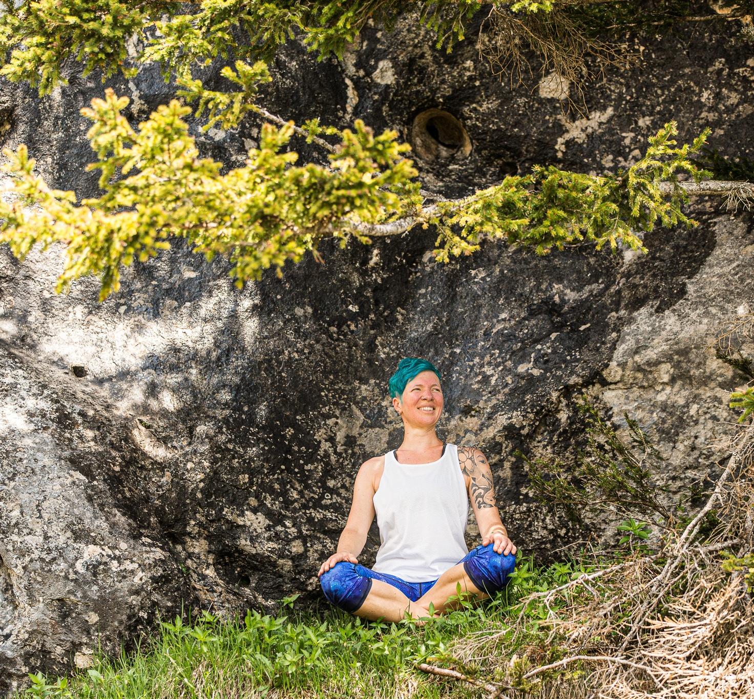 hatha-yoga-lotussitz-miri-zinck-unter-bäumen