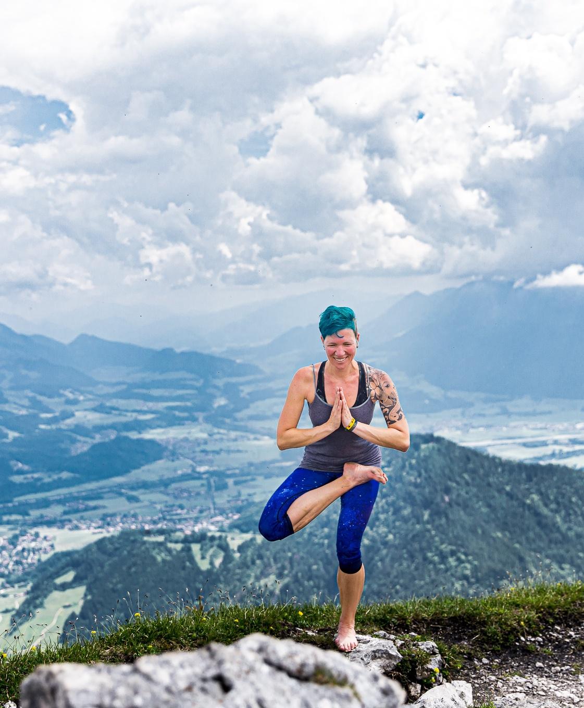 hatha-yoga-sitzende-taube-miri-zinck-auf-berg